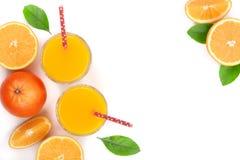 Vetro del succo d'arancia con le fette di agrume e di foglie isolati su fondo bianco con lo spazio per il vostro testo, vista sup Fotografie Stock