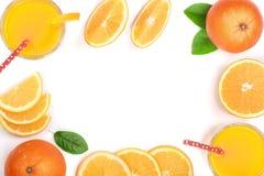 Vetro del succo d'arancia con le fette di agrume e di foglie isolati su fondo bianco con lo spazio per il vostro testo, vista sup Immagini Stock