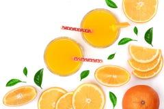 Vetro del succo d'arancia con le fette di agrume e di foglie isolati su fondo bianco con lo spazio per il vostro testo, vista sup Fotografia Stock Libera da Diritti