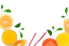 Vetro del succo d'arancia con le fette di agrume e di foglie isolati su fondo bianco con lo spazio per il vostro testo, vista sup Fotografia Stock