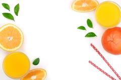 Vetro del succo d'arancia con le fette di agrume e di foglie su fondo bianco con lo spazio per il vostro testo, vista superiore d Immagini Stock