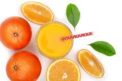 Vetro del succo d'arancia con le fette di agrume e di foglie verdi isolati su fondo bianco, vista superiore Modello piano di disp Fotografia Stock Libera da Diritti