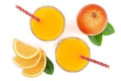 Vetro del succo d'arancia con le fette di agrume e di foglie verdi isolati su fondo bianco, vista superiore Modello piano di disp Immagine Stock