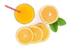 Vetro del succo d'arancia con le fette di agrume e di foglie verdi isolati su fondo bianco, vista superiore Modello piano di disp Fotografie Stock Libere da Diritti