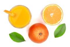 Vetro del succo d'arancia con le fette di agrume e di foglie verdi isolati su fondo bianco, vista superiore Modello piano di disp Immagine Stock Libera da Diritti