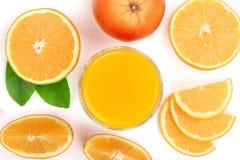 Vetro del succo d'arancia con le fette di agrume e di foglie verdi isolati su fondo bianco, vista superiore Modello piano di disp Fotografia Stock