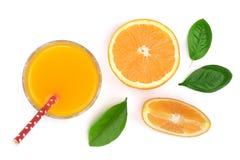 Vetro del succo d'arancia con le fette di agrume e di foglie verdi isolati su fondo bianco, vista superiore Modello piano di disp Immagini Stock