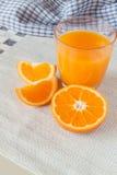 Vetro del succo d'arancia ed arance fresche Fotografia Stock Libera da Diritti
