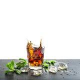 Vetro del succo dell'aperitivo del cocktail delle foglie di menta del ghiaccio della bevanda della cola Fotografia Stock Libera da Diritti