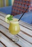Vetro del succo di ananas immagini stock