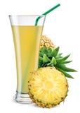 Vetro del succo di ananas con frutta isolata su bianco immagini stock libere da diritti