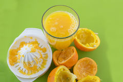 Vetro del succo di arancia compresso fresco Fotografie Stock Libere da Diritti