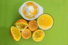 Vetro del succo di arancia compresso fresco Fotografia Stock Libera da Diritti
