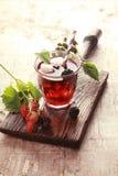 Vetro del succo di frutta con le more fresche Immagine Stock