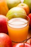Vetro del succo di mele Immagine Stock