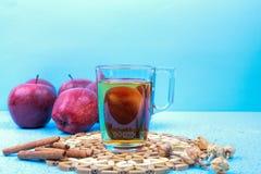 Vetro del succo di mele e mele rosse su un vecchio di legno blu Fotografia Stock Libera da Diritti