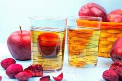 Vetro del succo di mele e mele rosse su un vecchio di legno blu Immagini Stock Libere da Diritti