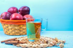 Vetro del succo di mele e mele rosse su un vecchio di legno blu Immagini Stock