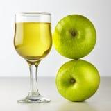 Vetro del succo di mele su bianco Immagine Stock