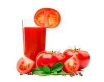 Vetro del succo di pomodoro con la fetta del pomodoro, le foglie del basilico ed il nero Immagini Stock Libere da Diritti