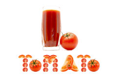 Vetro del succo di pomodoro con un'iscrizione del pomodoro di parola al fondo dei pezzi di pomodori affettati su fondo bianco Fotografie Stock Libere da Diritti