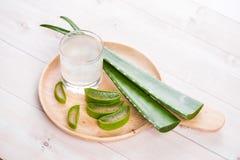 Vetro del succo di vera dell'aloe con le foglie fresche su una tavola di legno Fotografie Stock Libere da Diritti