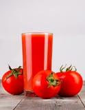 Vetro del succo e dei pomodori di pomodoro Immagine Stock Libera da Diritti