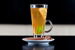 Vetro del tè con le fette della limetta e del limone all'interno Fotografie Stock