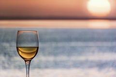 Vetro del vino bianco di Chardonnay che trascura il mare immagine stock