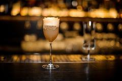 Vetro del vino dolce riempito di cockta acido delizioso di crusta del brandy fotografia stock