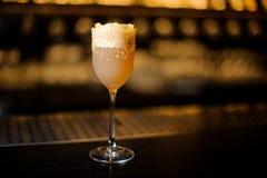Vetro del vino dolce riempito di cocktail delizioso di crusta del brandy sopra immagini stock libere da diritti