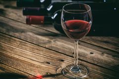Vetro del vino rosso su priorità bassa di legno Immagine Stock Libera da Diritti