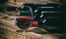 Vetro del vino rosso su priorità bassa di legno Fotografia Stock Libera da Diritti