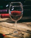 Vetro del vino rosso su priorità bassa di legno Fotografia Stock