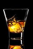 Vetro del whiskey con i cubetti di ghiaccio Fotografie Stock Libere da Diritti