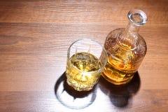 Vetro del whiskey sulla tavola Fotografia Stock