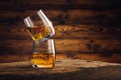Vetro del whiskey sulla vecchia tavola di legno Fotografia Stock Libera da Diritti