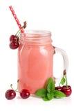 Vetro del yogurt della bacca con le ciliege isolate su fondo bianco Immagine Stock Libera da Diritti