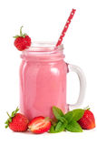 Vetro del yogurt o del frullato della fragola con le foglie di menta isolate su fondo bianco Fotografie Stock Libere da Diritti