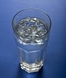 Vetro dell'acqua di ghiaccio fotografie stock libere da diritti