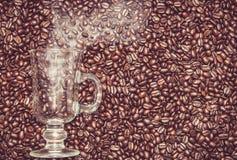 Vetro dell'irish coffee con fumo in chicchi di caffè immagini stock libere da diritti