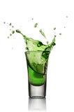 Vetro della bevanda alcolica con ghiaccio Colpo del liquore della menta o dell'assenzio immagini stock libere da diritti