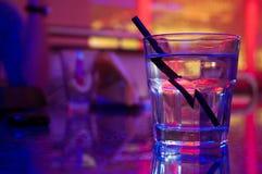 Vetro della bevanda dell'alcool nel randello di notte immagini stock