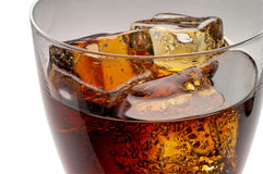 Vetro della bevanda della cola con ghiaccio immagini stock libere da diritti