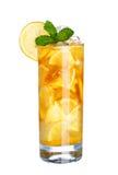 Vetro della bevanda fredda del tè del limone del ghiaccio con la menta isolata su bianco Fotografia Stock Libera da Diritti