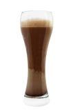 Vetro della birra scura della birra di malto o della birra inglese isolata su bianco fotografia stock libera da diritti