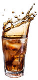 Vetro della cola con i cubetti di ghiaccio e la spruzzata della bevanda Fotografie Stock Libere da Diritti