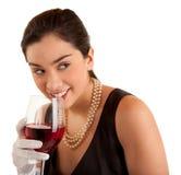 Vetro della holding della donna di vino che osserva obliquamente Fotografie Stock