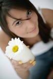 Vetro della holding della ragazza di latte Fotografie Stock