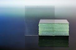 Vetro della lamella del microscopio che riflette sul primo piano di vetro della tavola Fotografia Stock Libera da Diritti